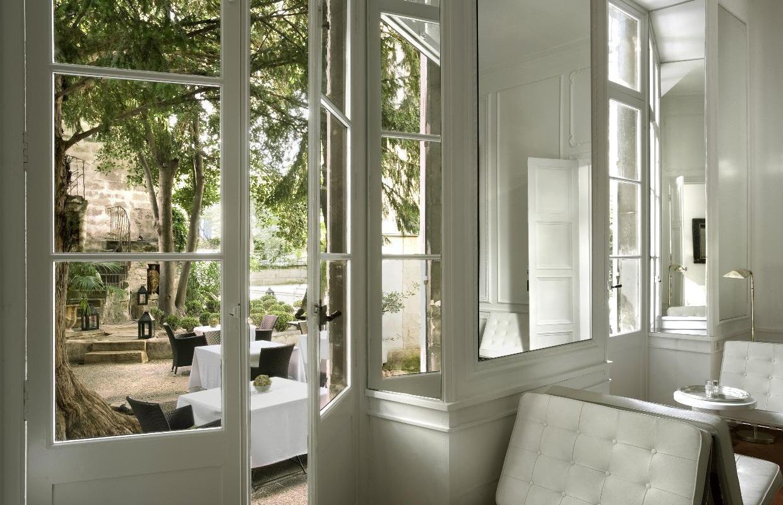 ga_blick_aus_dem_salon_in_den_innenhof_l_hotel_particulier_arles